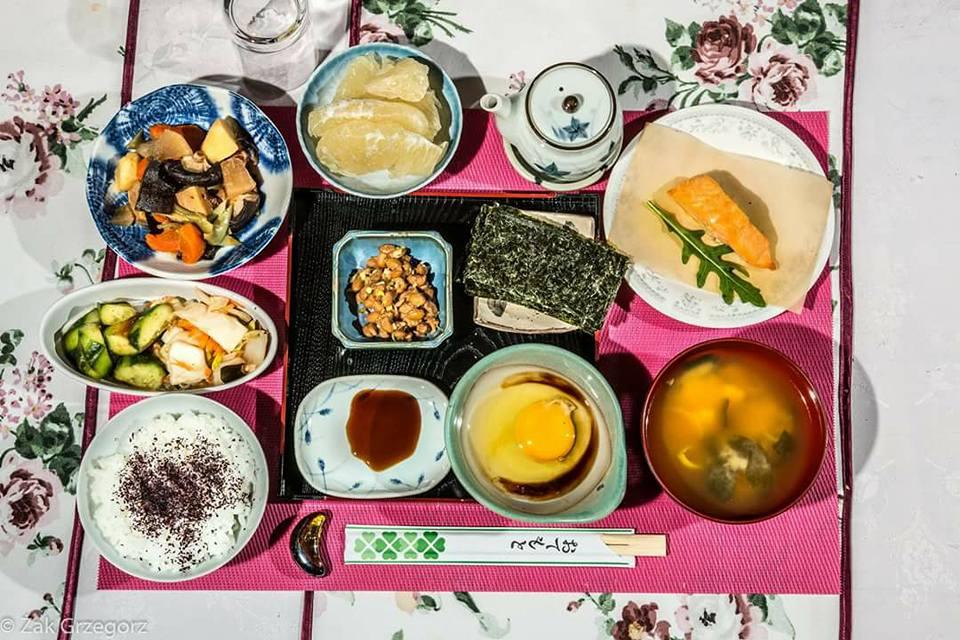 Tradycyjne japońskie śniadanie: nimono, surówka japońska, ryż z ziołami, natto, nori, surowe jajko ekologiczne z sosem sojowym, zupa miso, pieczony łosoś, owoce