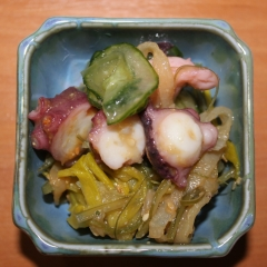 Nuta słodko-kwaśna, czyli pasta miso z sezamem) ośmiornica, wakame, por,ogórek
