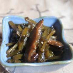 Łodyga podbiału z shitake i kombu gotowane w sosie japońskim