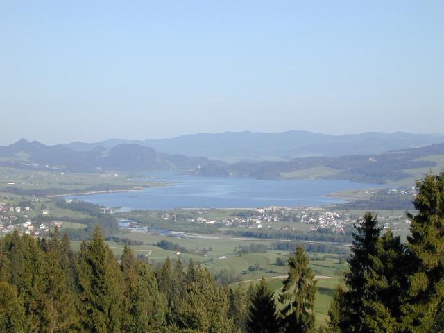 Widok z Villi AKIKO na Jezioro Czorsztyńskie
