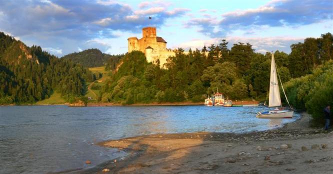 Jezioro Czorsztyńskie z zamkiem w Niedzicy w tle