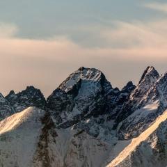 Przy pięknej pogodzie, dysponując sprzętem fotograficznym można podziwiać piękno i grozę Tatr