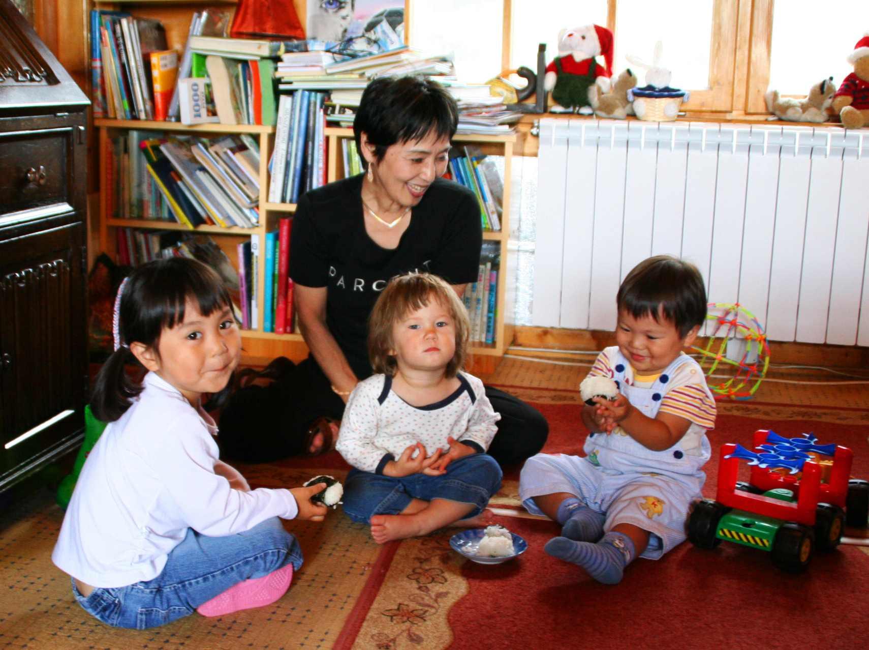 Akiko zdziećmi wkąciku zabaw wVilli