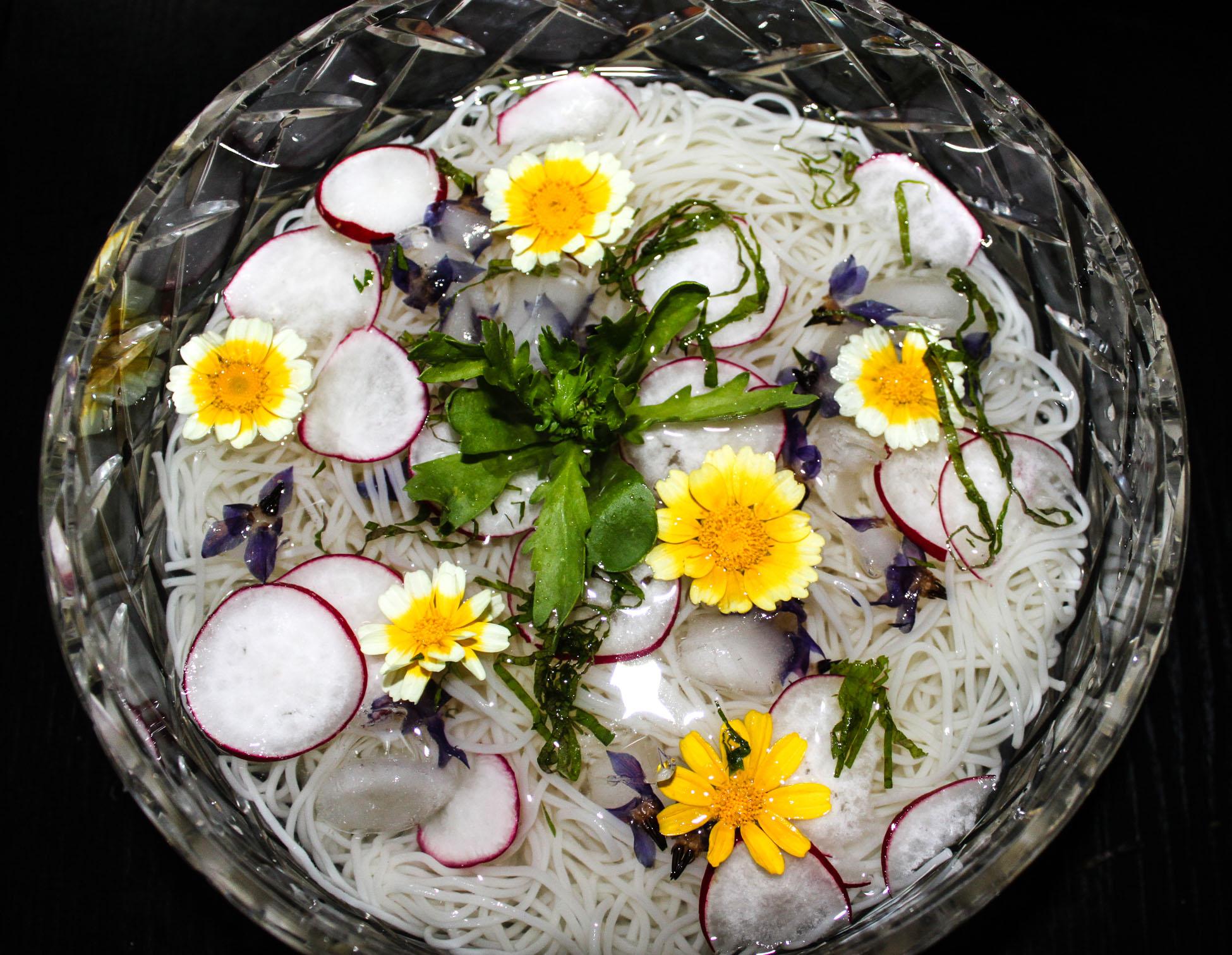 Somen czyli makaron na zimno z kwiatami