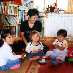 Akiko z dziećmi w kąciku zabaw w Villi
